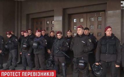 Страсти в Киеве: под обладминистрацией водители маршруток потеснили полицию и Нацгвардию
