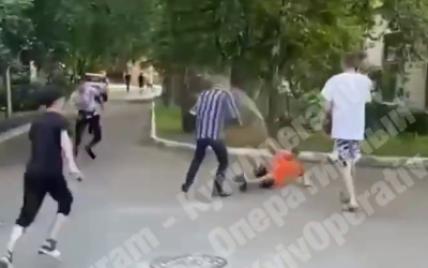 Били ногами і заливали з балончика: в Києві натовп підлітків напав на дідуся