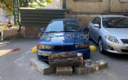 Не понравилось, как припарковался: в Киеве BMV обложили бетонными глыбами (фото)
