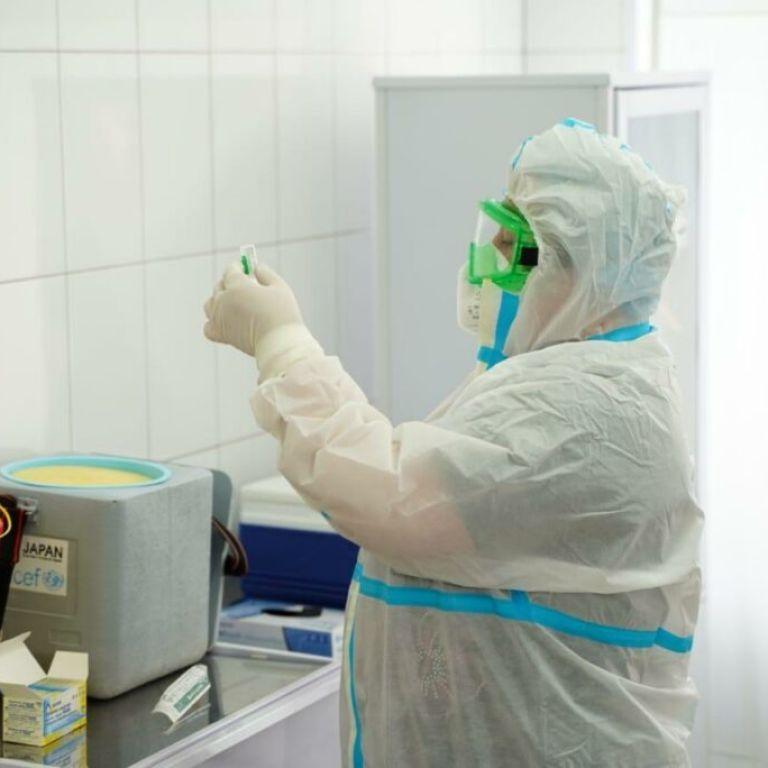 Вакцинация от коронавируса в Украине: только 38% медиков хотят получить прививки