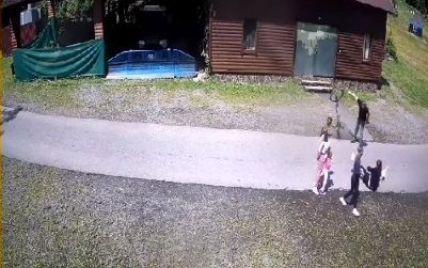 """Травма черепа и сотрясение мозга"": на курорте на Закарпатье незнакомец жестоко избил 12-летнюю девочку"