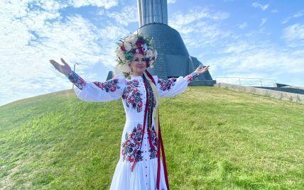 В красивом платье-вышиванке и пестром венке: Екатерина Бужинская продемонстрировала праздничный аутфит