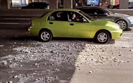 Шматки бетону падали під колеса: у Києві на мосту на Осокорках сталося обвалення