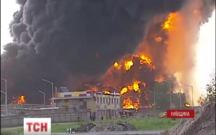 Мощный взрыв на нефтебазе под Васильковом: скорые не успевают вывозить пострадавших
