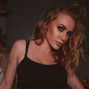 В черном боди и с насыщенным макияжем: сексуальная Слава Каминская сфотографировалась на кухне
