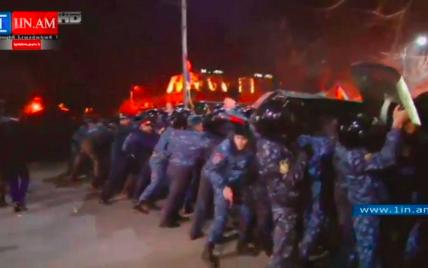 Поліцейські кидають у вірмен димові шашки: у сутичках понад 10 осіб отримали поранення