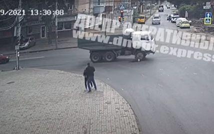 У Дніпрі жінка потрапила під КамАЗ і позбулася ніг: момент ДТП зафіксували камери спостереження