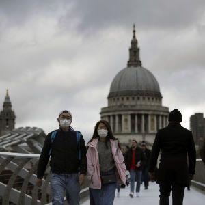 Українців закликають тимчасово утриматися від поїздок до Англії через мутований коронавірус