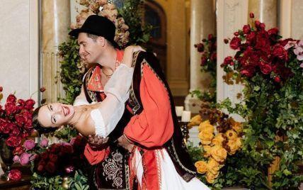 Дружина Остапчука з трояндою у голові та з хусткою на стегнах пристрасно станцювала з чоловіком