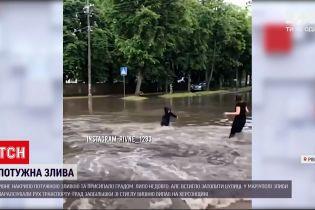 Новости Украины: в Мариуполе ливень парализовал движение транспорта и оставил без света часть города
