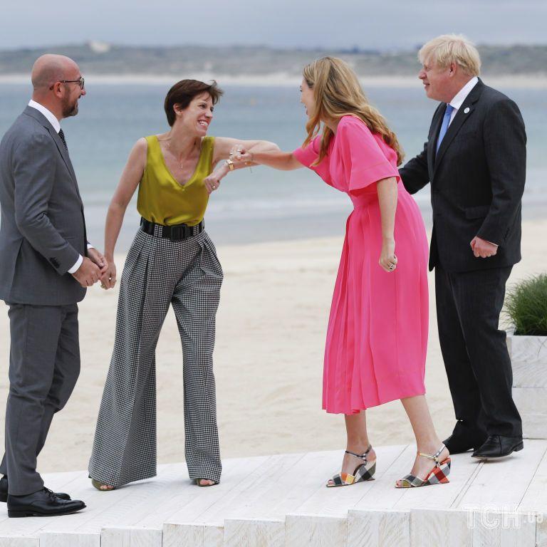 """На саміт як на """"Оскар"""": дружина голови ЄС прийшла на зустріч з Джонсоном в майці золотого кольору"""