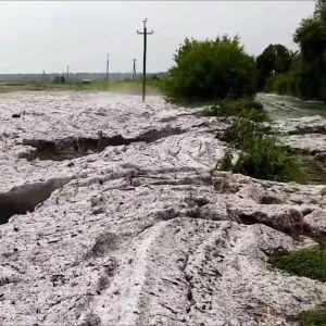 Кіровоградську область завалило кучугурами велетенського граду (відео)