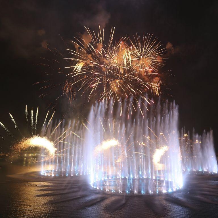 Крупнейший в мире фонтан открыли в Дубае