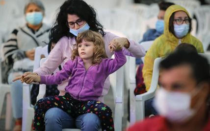 Черги на тестування та повернення жорстких обмежень: що відбувається в країнах Європи та США через коронавірус