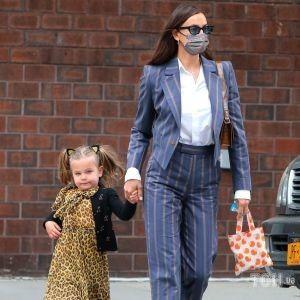 Стильна сімейка: Ірина Шейк і Бредлі Купер завели доньку Лею до садочка