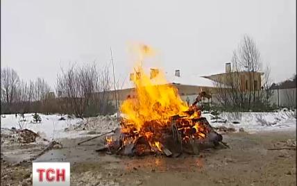 Под Киевом местные жители разломали и сожгли забор имения регионала