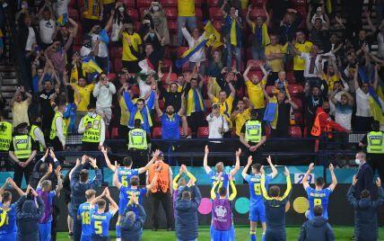 До мурашек: сборная Украины вместе с фанатами отпраздновала историческую победу над Швецией (видео)