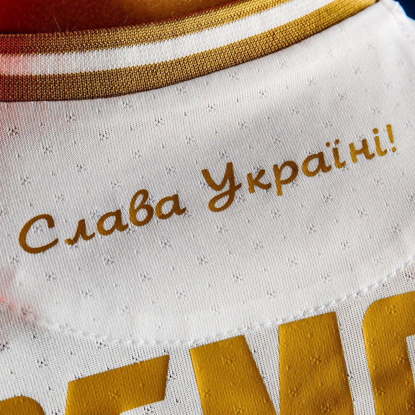"""МИД России сравнил надпись на футболках сборной Украины с нацистским приветствием """"Хайль Гитлер!"""""""