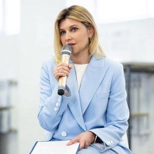 В голубом костюме и на шпильках: стильный выход Елены Зеленской