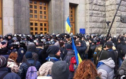 """Пікет активістів під міськрадою у Харкові: """"сміттєва"""" люстрація і бійки з міліцією"""