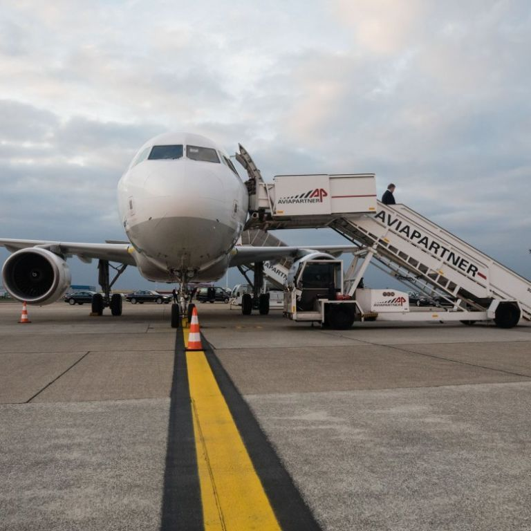 На тлі масового закриття авіасполучення з Британією через мутований коронавірус Україна цього поки що робити не буде