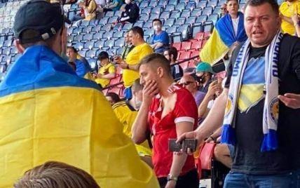 Спасся сине-желтым флагом: видео стычки российского провокатора с фанатами сборной Украины