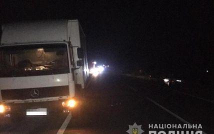Смертельна ДТП на Закарпатті: вантажівка наїхала на двох пішоходів, один з них загинув (фото)