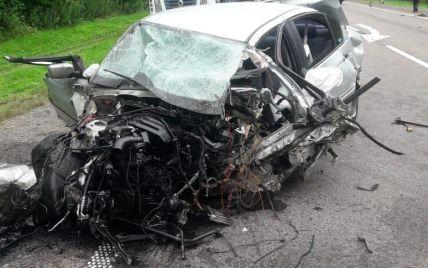 31-річний водій BMW влетів одразу у дві вантажівки у Львівській області: авто сильно потрощило (фото)