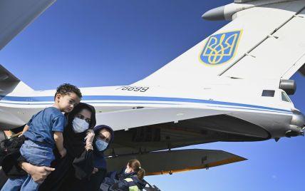 В Киев прибыл самолет, который эвакуировал из Афганистана 83 человека