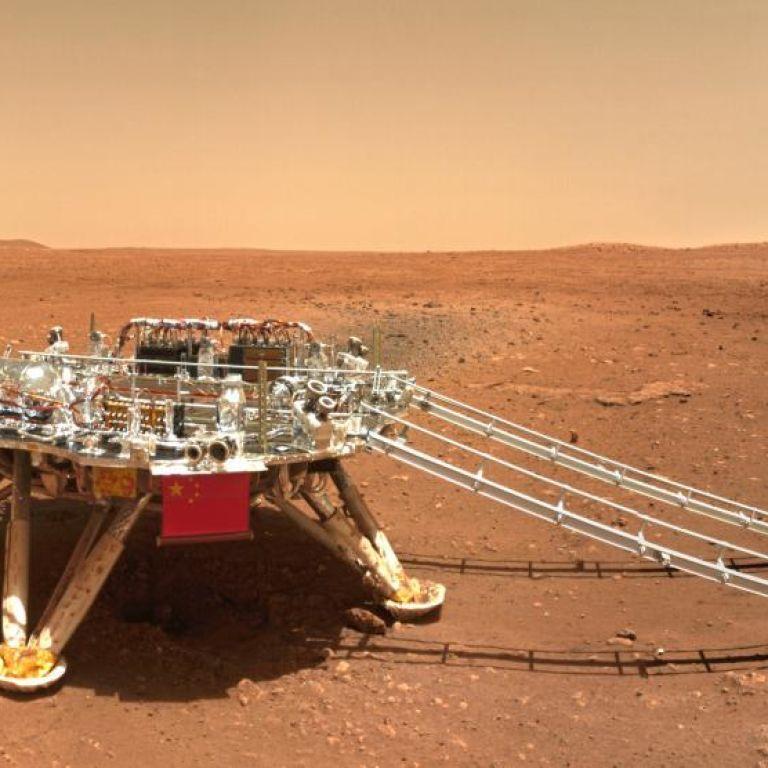 Космические селфи: китайский марсоход прислал на Землю фотографии с Красной планеты
