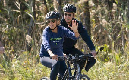 В шлеме и лосинах: 70-летняя Джилл Байден с мужем покаталась на велосипеде