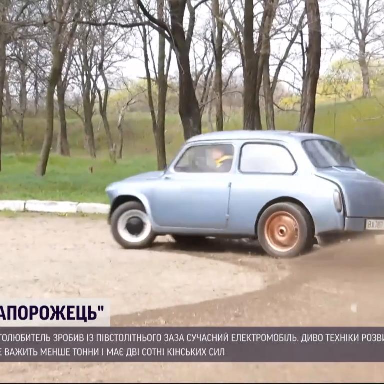 """Горбатый """"Запорожец"""" против иномарки: в Кропивницком автолюбитель сделал из ЗАЗа современный электромобиль"""