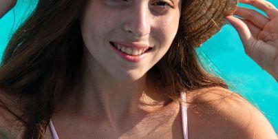 В шляпе и нежно-розовом купальнике: дочь Оли Поляковой показала красивый пляжный лук