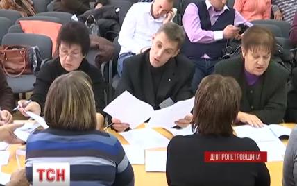 В ночь перед выборами члены Днепропетровского ТИК проголосовали за замену главы комиссии - СМИ