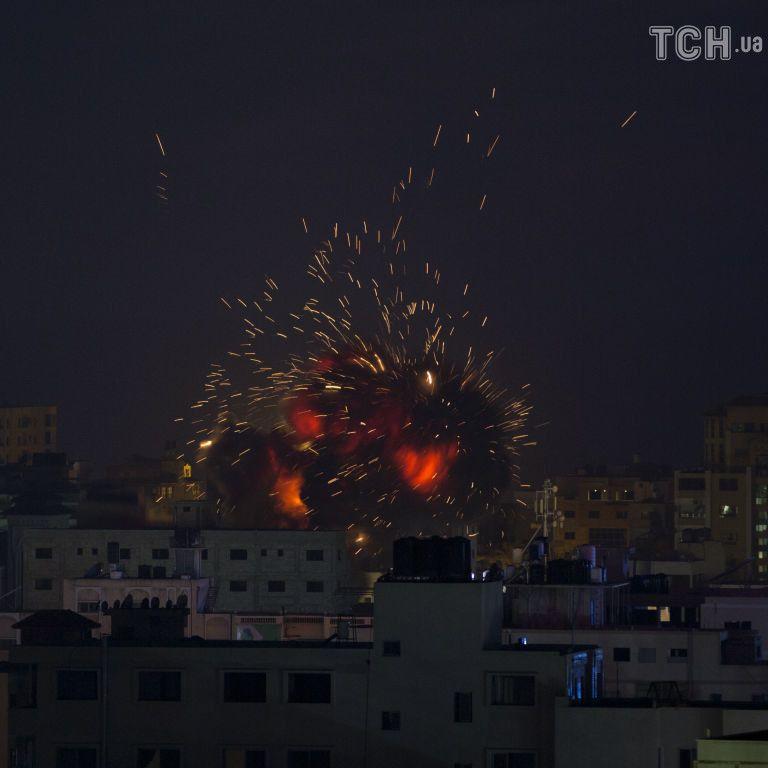 Израильские самолеты обстреливают города Сектора Газа, а ракеты оттуда 10 часов запускают по Иерусалиму