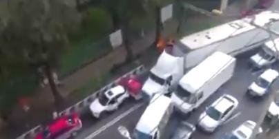 Під час втечі з ДТП влаштував величезну аварію: Мережу підірвало відео з дивною поведінкою водія вантажівки