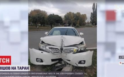 Пошел на таран: в Харькове легковушка влетела в другое авто и сбила столб (видео)