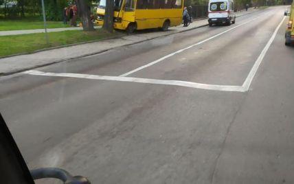 У Львові маршрутка з пасажирами врізалась в дерево: постраждало 5 людей (фото)