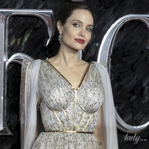 Роскошная Анджелина Джоли украсила обложку британского Vogue