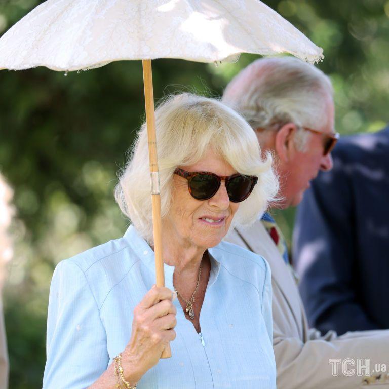 В ніжно-блакитній сукні і з парасолькою: герцогиня Камілла на новому заході