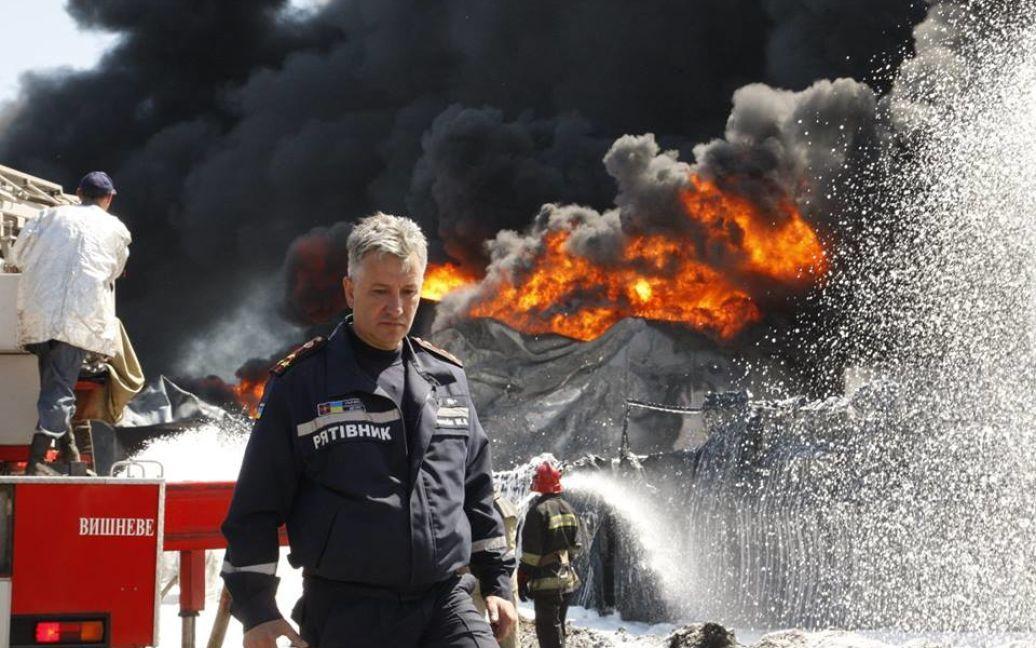 Пожарные пытаются потушить огонь / © facebook.com/MNS.GOV.UA