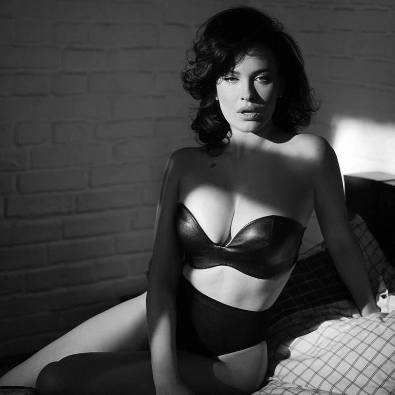 ДашаАстафьева в сексуальном белье позировала на кровати