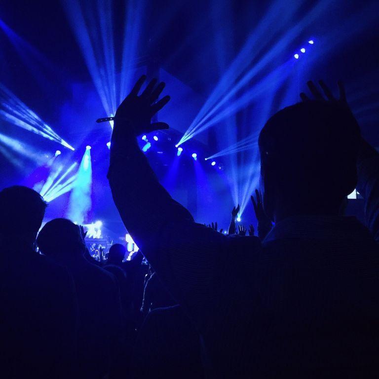 Дискотеки, концерты, корпоративы и спортмероприятия возвращаются — Кабмин отменил карантинные ограничения
