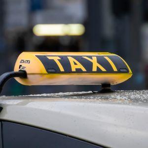 """""""Мавп не вожу"""": у Запоріжжі водій таксі відмовився везти темношкірого пасажира із дружиною"""
