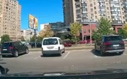 В Киеве таксист из-за замечания о нарушении ПДД забрызгал баллончиком водителя, его девушку и мать с ребенком