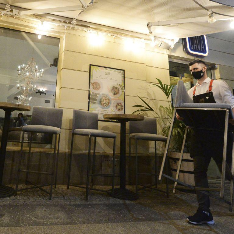 Польща продовжує послаблювати карантин: вперше за пів року відкрилися бари та ресторани