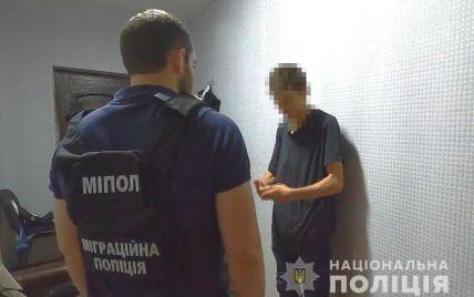 Ждала маму возле магазина: в Одессе мужчина развращал 6-летнюю девочку