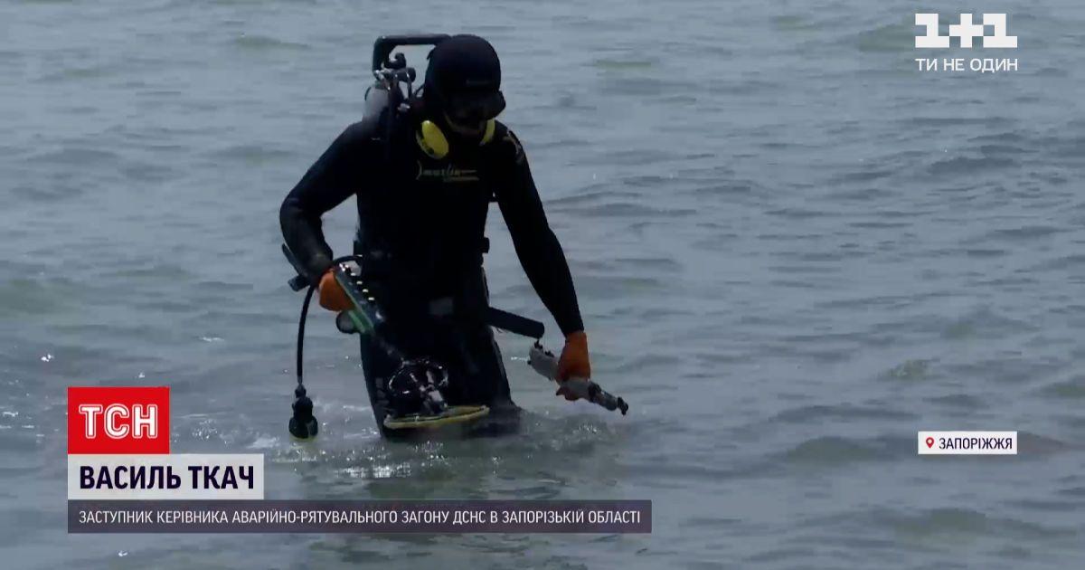 Новости Украины: со дна Азовского моря водолазы извлекают железные прутья, бутылки и даже оружие
