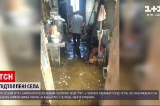 Новини України: на березі Каховского водосховища вода підібралась до сотень будинків