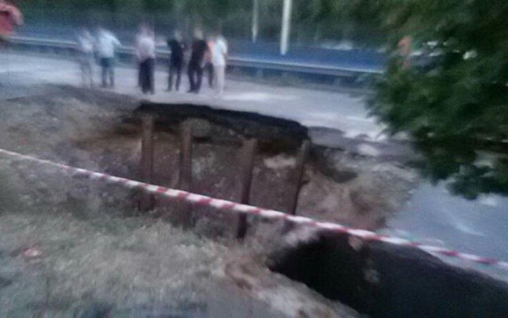 На Борщаговской улице асфальт ушел под землю. / ©